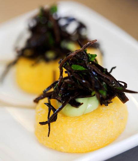 Canapé de polenta amb maionesa d'alvocat i caviar d'arame