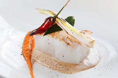 Bacallà amb calçots confitats, romesco i mango. Restaurant Osmosis.
