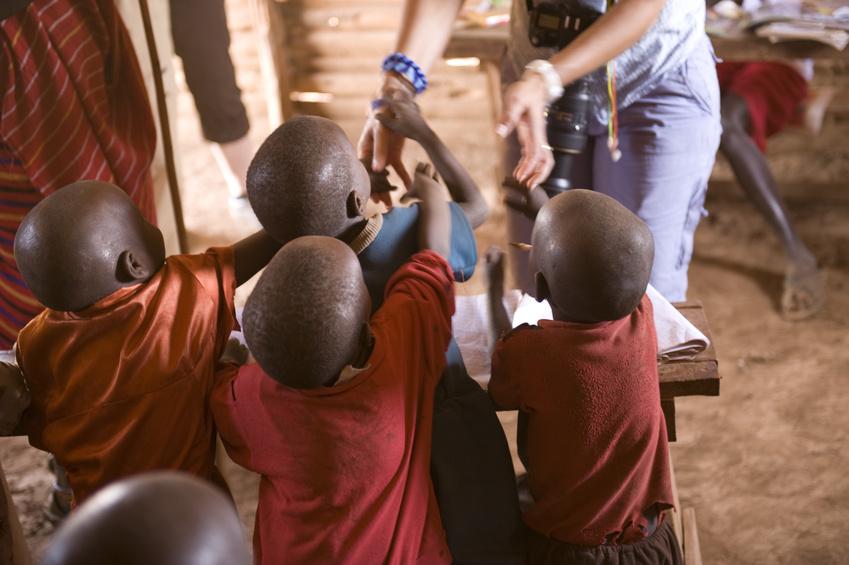 Nens i nenes africans donant la mà a una fotògrafa