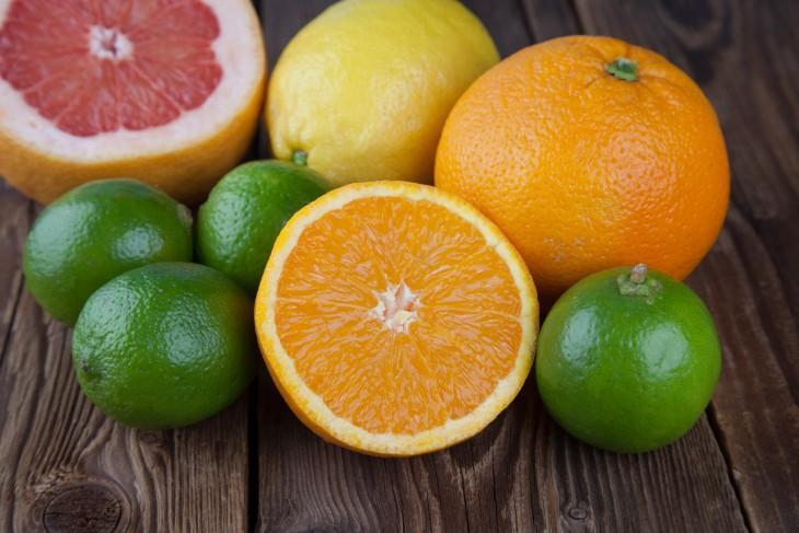 Orange mit Frucht-Mix auf Holz III