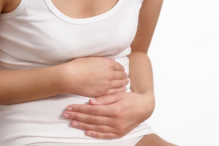 Frau mit akuten Bauchschmerzen