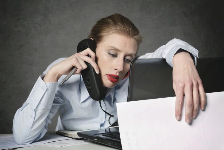 femme puise au bureau