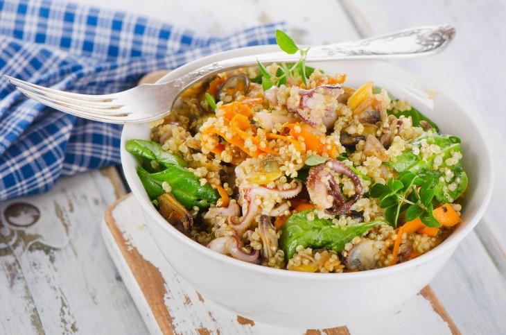 Tots els beneficis de la quinoa en aquesta amanida de quinoa amb popets.