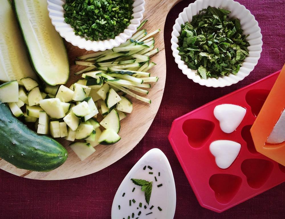 Ingredients trossejats de mousse de cogombre i menta