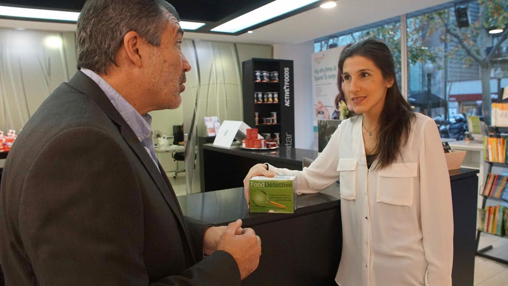 Mireia Segarra i Francesc Cruz a la farmàcia