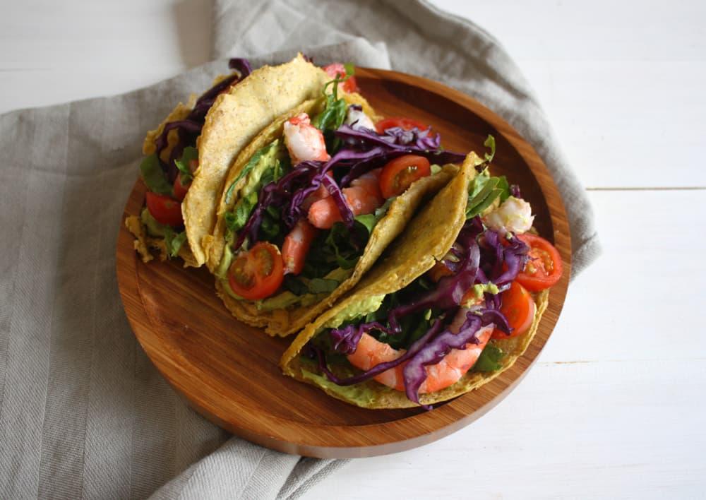 Tacos paleo farcits amb vegetals, llagostins i salsa d'alvocat al curri