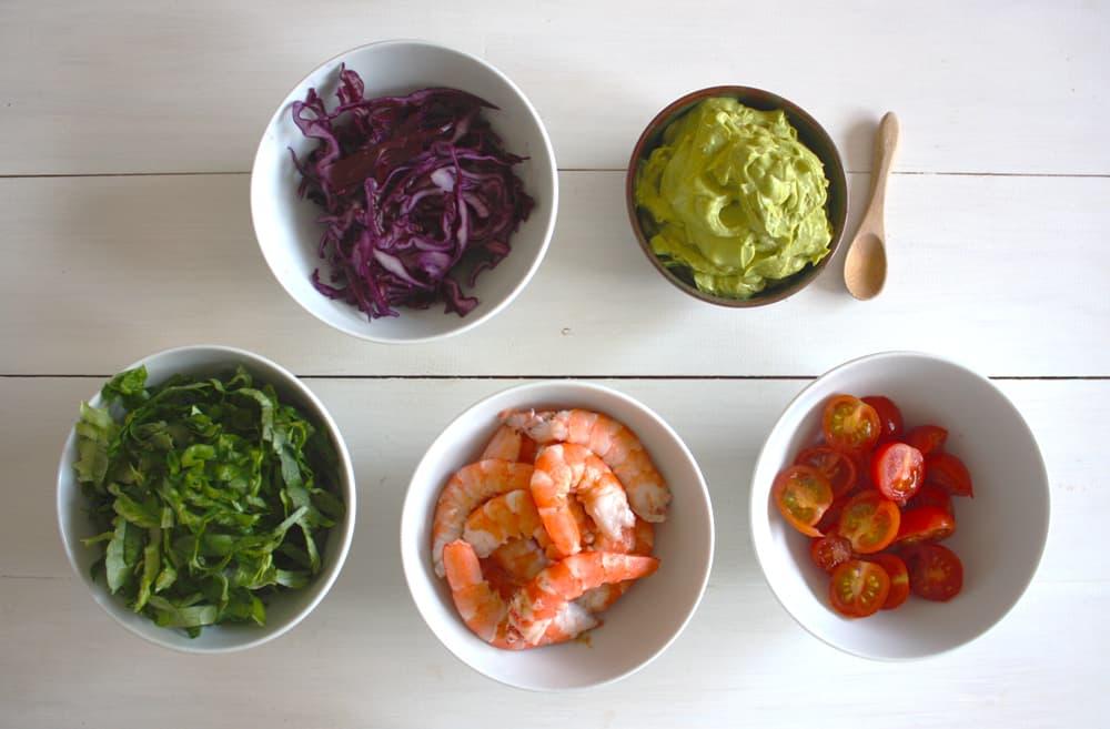 Vegetals, llagostins i salsa d'alvocat al curri