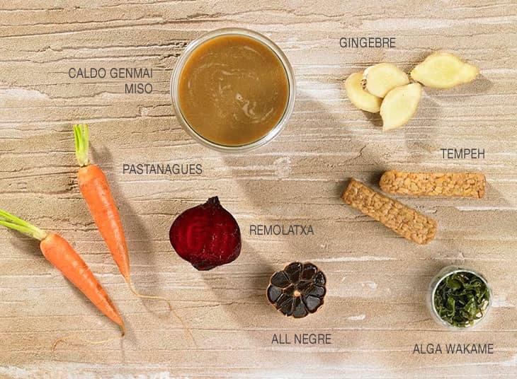 Ingredients per al brou vermell amb wakame, tempeh i all negre