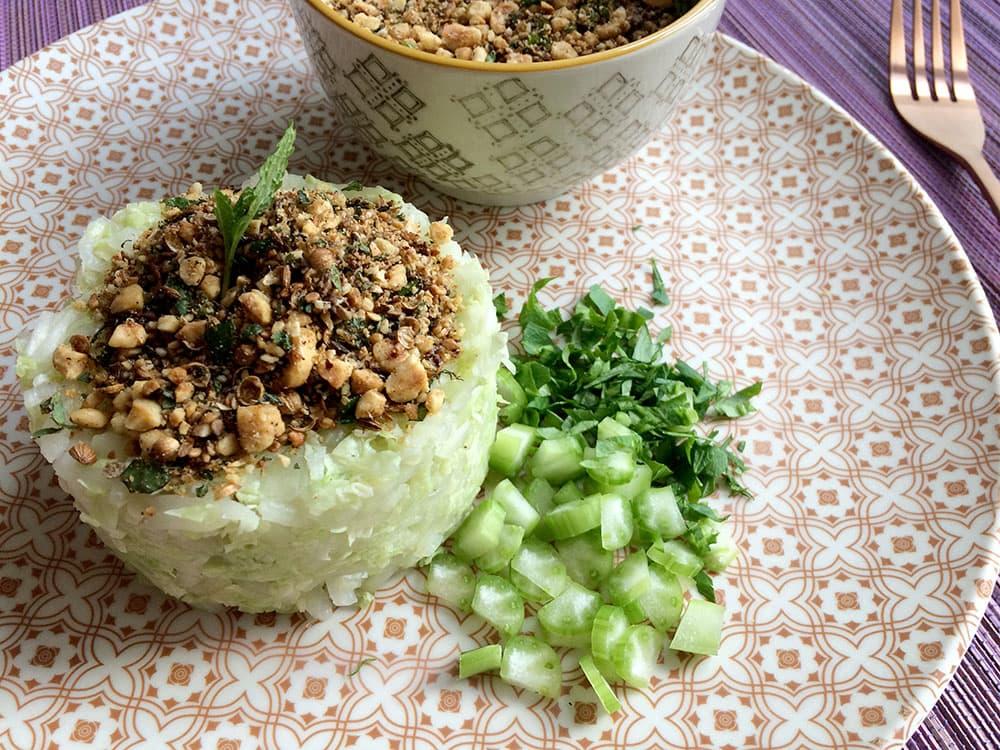 Amanida detox de col xinesa amb dukkah cruixent i sanador