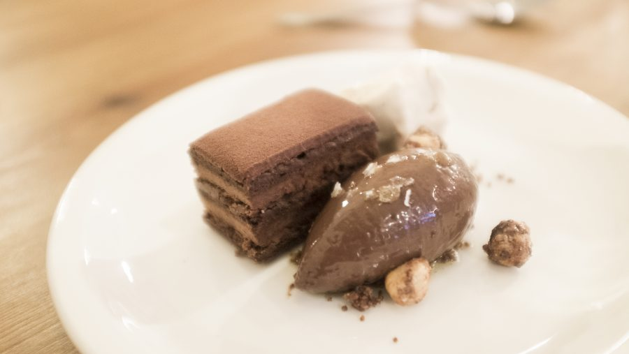 Pastís de xocolata sense farina amb gelat de xocolata i avellana