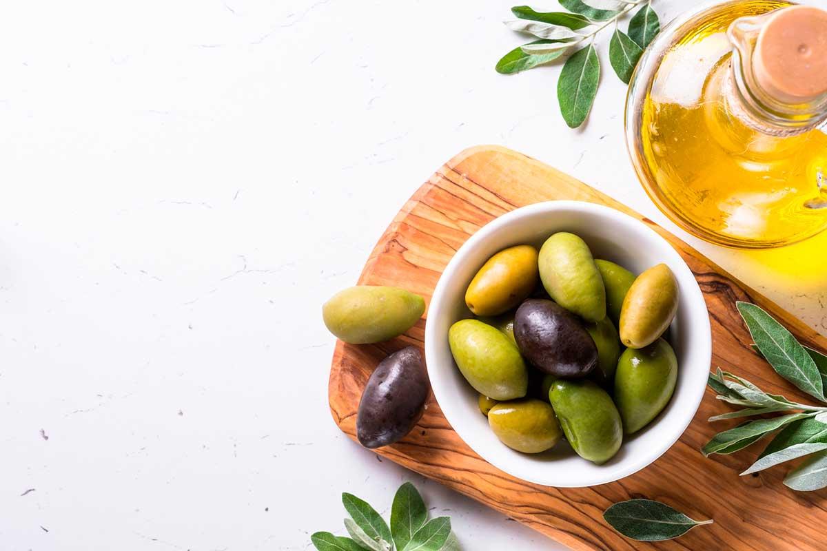 Existeixen moltes varietats d'olives amb colors, formes i mides molt diferents.