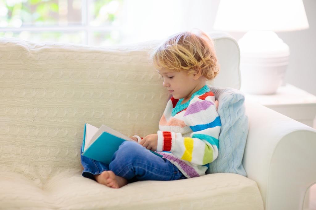 Nen llegint tranquilament