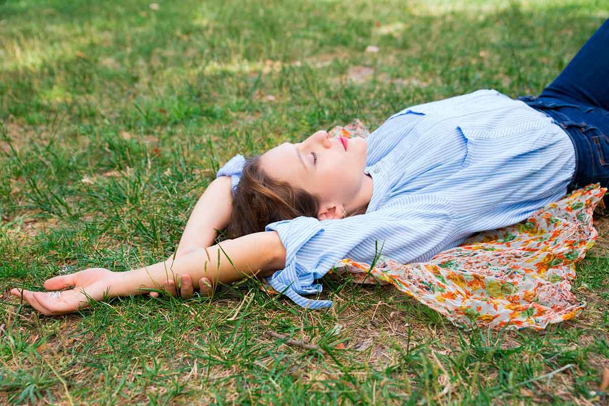 Dona relaxada estres ansietat benestar