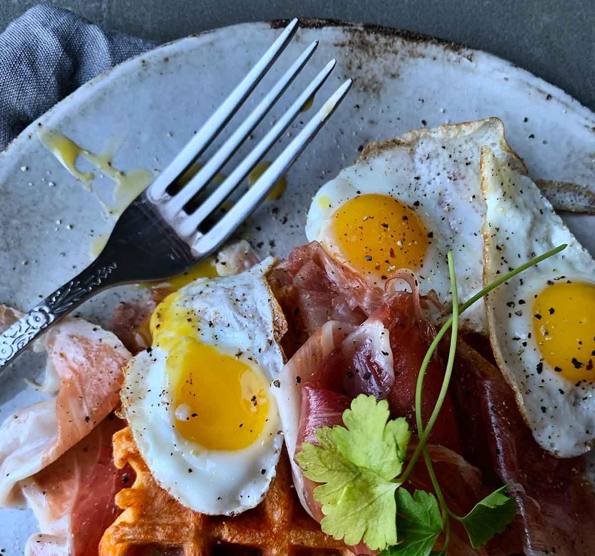 Gofres acompanyades d'ous de guatlla i pernil ibèric