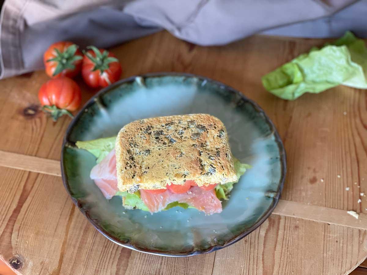 Sandvitx low carb amb tomàquet rosa, enciam i salmó fumat