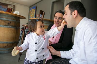 En David Contreras i la Vinyet Gassó amb la seva filla, al restaurant Infinit. Foto: Cristina Calderer