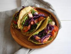 Tacos de plàtan mascle amb salsa d'alvocat al curri i llagostins