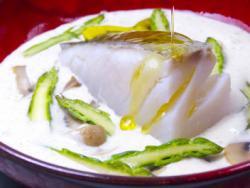 Llom de bacallà amb espàrrecs i xampinyons amb una emulsió d'oli de llinet i oliva