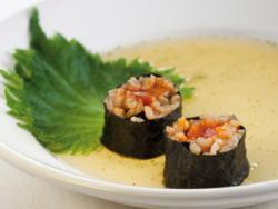 Sushi de shizo verda i eriçó de mar