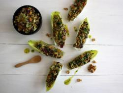 Endívies farcides amb picada de vegetals, alvocat i nous