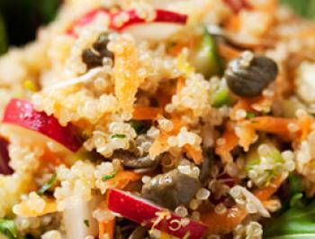 Amanida cruixent de quinoa reial i tàperes