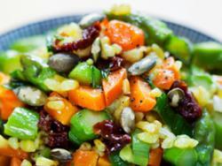 Saltat d'espàrrecs i pastanagues amb arròs integral llarg