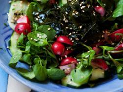 Amanida amb créixens i alga wakame marinada