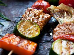 Broquetes de tempeh i verduretes a la planxa