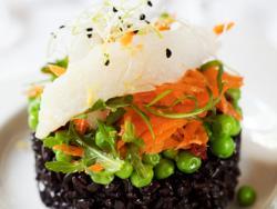 Timbal d'arròs negre amb pèsols i bacallà