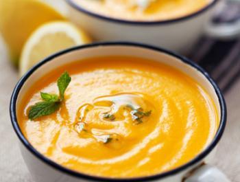 Crema freda de pastanaga amb curri i oli de menta
