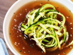 Consomé refrescant de kombu i aigua de mar amb espaguetis de carbassó