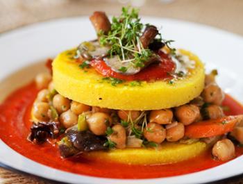 Timbal de polenta i cigrons amb salsa de tomàquet