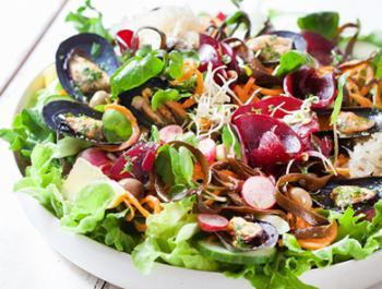 Amanida amb créixens, remolatxa, espagueti de mar i musclos