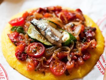 Pizza marinera de polenta amb sardines i wakame