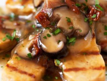 Tempeh de cigrons amb salsa de xiitake i tomacons