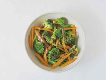 Amanida verda d'hivern amb verdures escaldades i vinagreta de miso