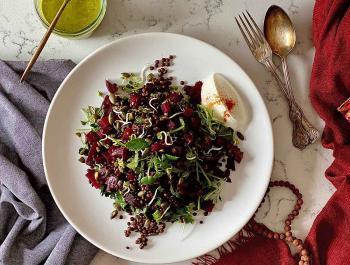Amanida tèbia de llenties beluga, remolatxa rostida i germinats amb una vinagreta de coriandre