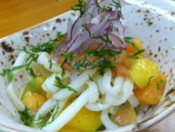 Amanida de papaia i mango amb calamars