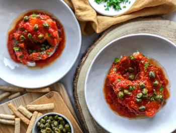 Bacallà amb salsa de tomàquet i tàperes