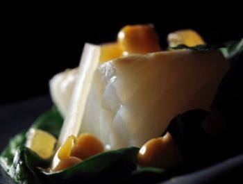 Bacallà amb cigrons i miso sobre un niu de bledes