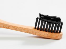 Dents més blanques amb carbó actiu