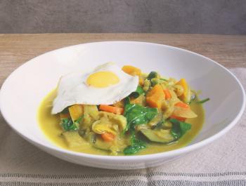Curri de verdures amb ou a la planxa