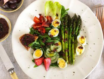 Primavera amb espàrrecs, ous de guatlla i vinagreta mediterrani: depurant sense arrasar