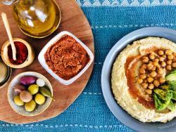 Hummus amb extra d'amor i bonus de sabor amb pesto vermell picant