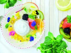 Iogurt de nous de macadàmia amb fruites i flors