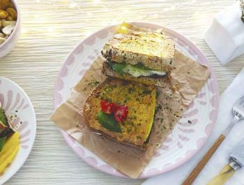 Sandvitx integral de mozzarella fosa, alfàbrega i tapenade mediterrània