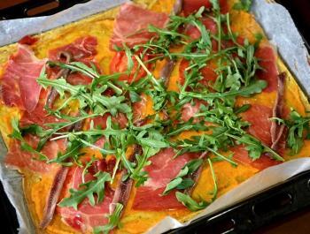 Pizza de plàtan mascle amb salsa de pastanaga i pernil ibèric