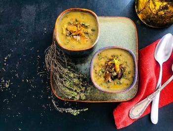 Sopa de ceba i cúrcuma amb puré de patates, xiitakes i farigola