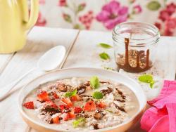 Porridge o crema de coco amb xocolata, llavors i maduixots
