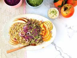 Amanida tèbia de quinoa, crucíferes, fruita fresca i salsa llima-tahina